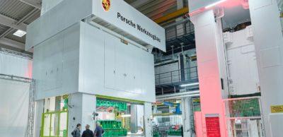 Eine Servopresse mit 2500 Tonnen Presskraft