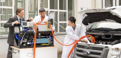 Prof. Dr. Thomas von Unwerth (l.), Inhaber der Professur Alternative Fahrzeugantriebe an der TU Chemnitz, an einem Brennstoffzellensystem