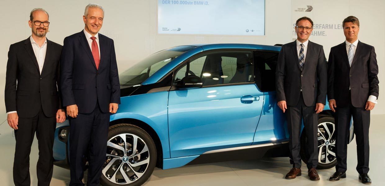 Joachim Kolling, Leiter BMW Group Energy Services, Sachsens Ministerpräsident Stanislaw Tillich, Werkleiter Hans-Peter Kemser und Vorstandsvorsitzender Harald Krüger (v. l.) feiern den 100.000sten BMW i3 aus dem Werk Leipzig.