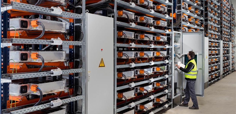 In der Speicherfarm bei BMW Leipzig erhalten gebrauchte i3-Batterien ein zweites Leben und werden für die Energieversorgung genutzt