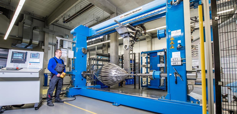 """Mit dem patentierten """"Filament Winding Forming"""" wickelt East-4D beispielsweise Triebwerkseinlaufkegel für Flugzeuge. Auch die Autoindustrie nutzt die Kompetenz des Dresdner Unternehmens für CFK-Hightech-Produkte."""