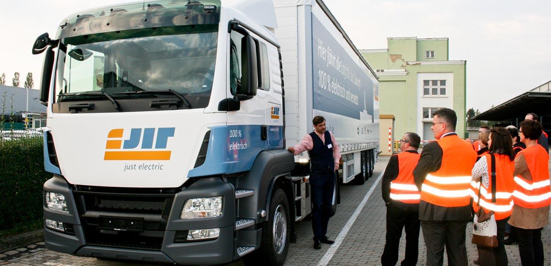 Ein elektrisch angetriebene Lkw für einen wirtschaftlichen und umweltfreundlichen Transport zwischen Zulieferern und Fahrzeugwerk wurde im AMZ-Netzwerk konfiguriert
