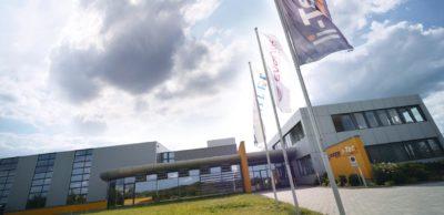 Die bisher einzige deutsche Fabrik für Lithium-Ionen-Batteriezellen arbeitete bis Ende 2015 im sächsischen Kamenz. Trotz ausgereifter Technologien wurde die Fertigung für die Partner Daimler und Evonik zu teuer gegenüber der Konkurrenz aus Asien.