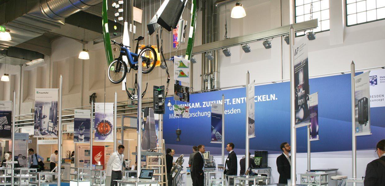 Die Schau des Materialforschungsverbundes Dresden war Mittelpunkt der Begleitausstellung auf der Werkstoffwoche 2017.