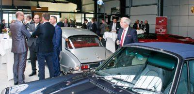 Zur 4. AMZ-Mitgliederlounge in den Räumen von Damm Rumpf Hering in Zwickau diskutierten rund 60 Teilnehmer inmitten automobiler Klassiker aktuelle Themen der Branche