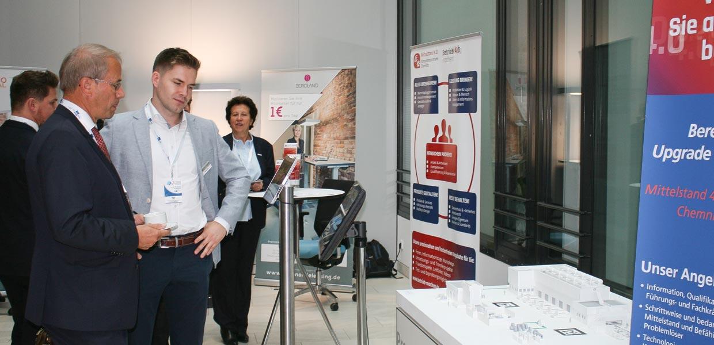 Das Mittelstand 4.0-Kompetenzzentrum Chemnitz stellte u. a. das Presswerk 4.0 vor, mit dem Forscher des Fraunhofer IWU fehlerbedingte Stillstandszeiten um mindestens die Hälfte reduzieren wollen