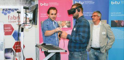 Den Umgang mit einer VR-Brille konnten die Teilnehmer am Arbeitsforum im neuen Zentrum Effiziente Fabrik testen.