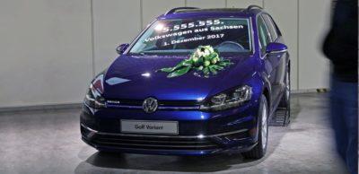 Der 5.555.555 in Zwickau gefertigte Volkswagen ist ein blauer Golf Variant TGI.