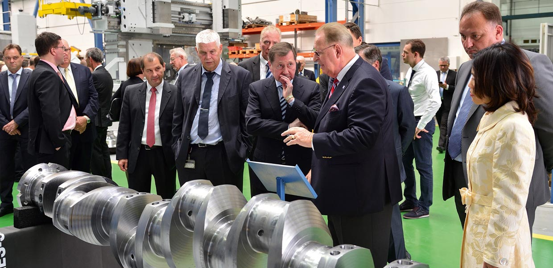 Nach dem Festakt folgte ein Rundgang durch das Unternehmen, auf dem Foto Prof. Dr. Hans J. Naumann (3. v. r.) im Gespräch mit dem Botschafter der Russischen Föderation in Deutschland, Wladimir Michailowitsch Grinin (4. v. r.).
