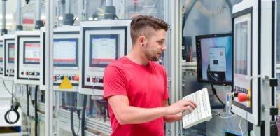 Industriemechaniker Kevin Landgraf richtet bei der USK Karl Utz Sondermaschinen GmbH eine Montageanlage für die Automobilzulieferindustrie ein.