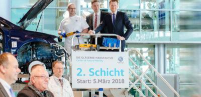 Sachsens Ministerpräsident Michael Kretschmer (rechts), Wirtschaftsminister Martin Dulig (Mitte) und Manufaktur-Mitarbeiter Detlef Schwantke gaben am 5. März 2018 den symbolischen Startschuss zur Verdoppelung der e-Golf-Produktion von 36 auf 72 Fahrzeuge.