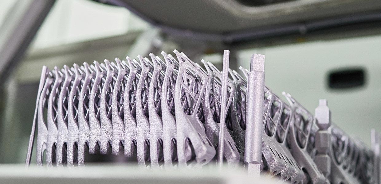 Die Halterung der Verdeckabdeckung beim BMW i8 Roadster wird in Leipzig mittels 3D-Metalldruck gefertigt. Die Anwendungsfelder additiver Fertigung in der Automobilindustrie waren Thema der Drive-Connection im April 2018 in Leipzig.