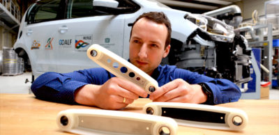 """Tristan Timmel vom Leichtbau-Bundesexzellenzcluster MERGE vor dem """"MERGE up!"""" des Chemnitz Car Concepts mit Koppelstreben in drei verschiedenen Ausführungen. Diese und weitere Innovationen werden auf der Hannover Messe 2018 präsentiert."""