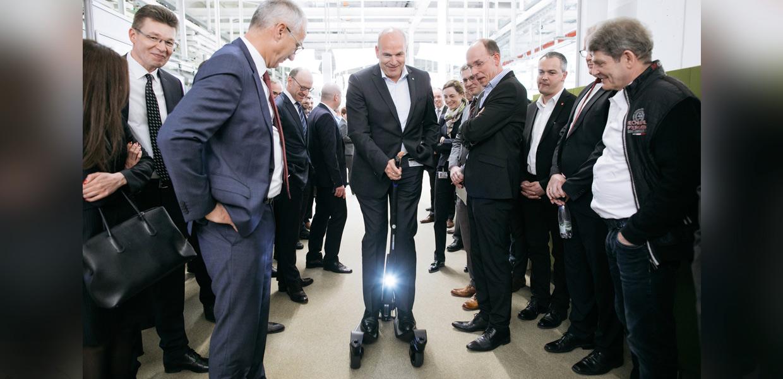 Jürgen Stackmann, Vertriebsvorstand der Marke Volkswagen, auf dem Cityskater, der zukünftig in St. Egidien gebaut wird.