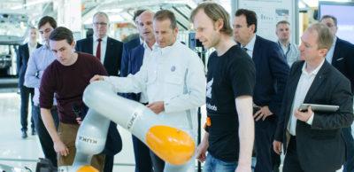 Dr. Herbert Diess, Vorstandsvorsitzender der Marke Volkswagen, teste eine Funktionsarbeitsjacke zur Roboterprogrammierung.