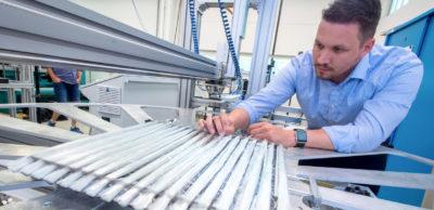 Stephan Teglas, wissenschaftlicher Mitarbeiter am Cetex-Institut in Chemnitz, bei der Qualitätskontrolle einer neuartigen textilen Halbzeugstruktur. Das Institut stellt die Technologie, mit der Materialverschnitt reduziert wird und Fertigungsschritte eingespart werden können, auf dem Messe-Duo mtex+ und LiMA sowie zur 16. Chemnitzer Textiltechnik-Tagung vor, die im Rahmen der Messen stattfindet.