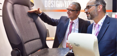 """Das neuentwickelte Leichtbaumaterial """"HyperComp"""" steckt in diesem Autositz. Der Entwickler Olu-Preg Composite GmbH stellte die hybride Kombination aus Organoblechen und 3D-Abstandsgewirken erstmals in einem Demonstrator vor."""