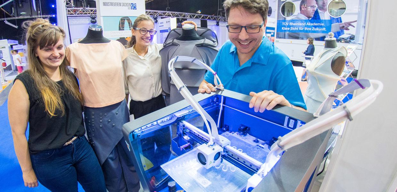 """Die Nutzung neuer Technologien wie 3D-Druck, u. a. eingesetzt für Applikationen an Kleidern, stand im Mittelpunkt der """"Industry meets startup""""-Area, die federführend vom Industrieverein Sachsen 1828 e. V. gestaltet wurde."""