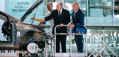 Fürst Albert II. von Monaco baut mit am Elektro-Auto: An der Hochzeitstation zieht er gemeinsam mit Thomas Ulbrich, VW-Markenvorstand für E-Mobilität, Schrauben im Motorraum des VW e-Golf fest.