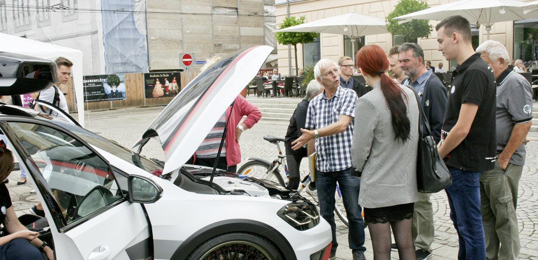 Fachsimpeleien in der Technikausstellung des Symposiums Automotive & Mobility SAM auf dem Zwickauer Hauptmarkt.