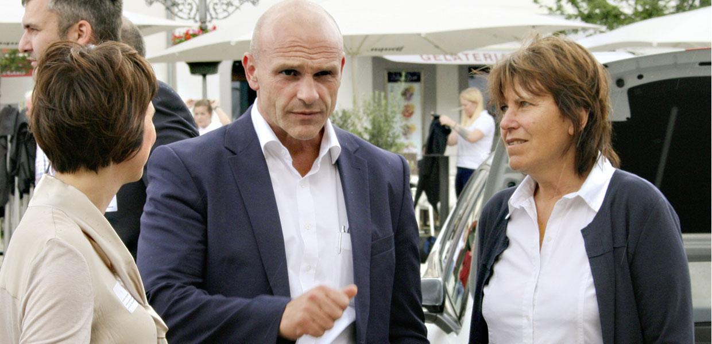 Der VW-Markenvorstand E-Mobilität Thomas Ulbrich im Gespräch mit Zwickaus Oberbürgermeisterin Dr. Pia Findeiß (r.) und der Leiterin der städtischen Wirtschaftsförderung Sandra Hempel.
