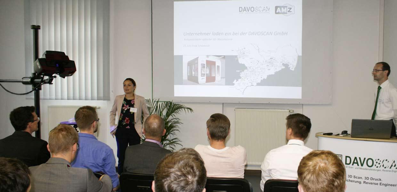 Sophie Wagner vom Netzwerk AMZ und DAVOSCAN-Geschäftsführer David Oelschlägel konnten mehr als 30 Gäste zur Veranstaltung rund um optische 3D-Messtechnik und 3D-Druck bei DAVOSCAN begrüßen.
