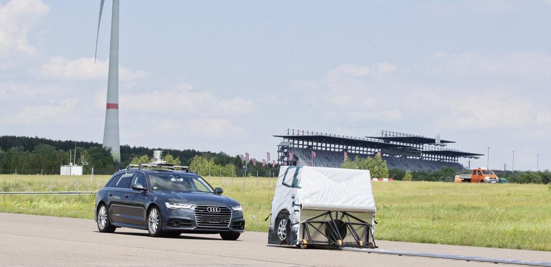 Testfeld: Auf den bereits zur Verfügung stehenden Strecken am Lausitzring können verschiedene Fahrfunk-tionen getestet werden, so u.a. zum Bremsverhalten.
