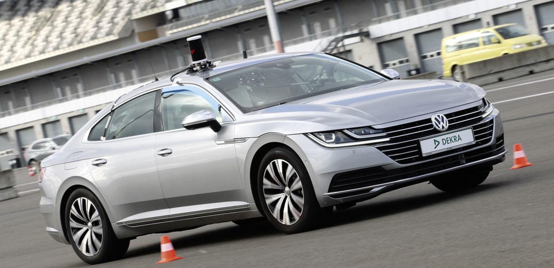 Die DEKRA betreibt auf dem Lausitzring ein Testfeld für das automatisierte Fahren. Das Fahrerlager wird bereits zur Abbildung von Stadtszenarien genutzt.