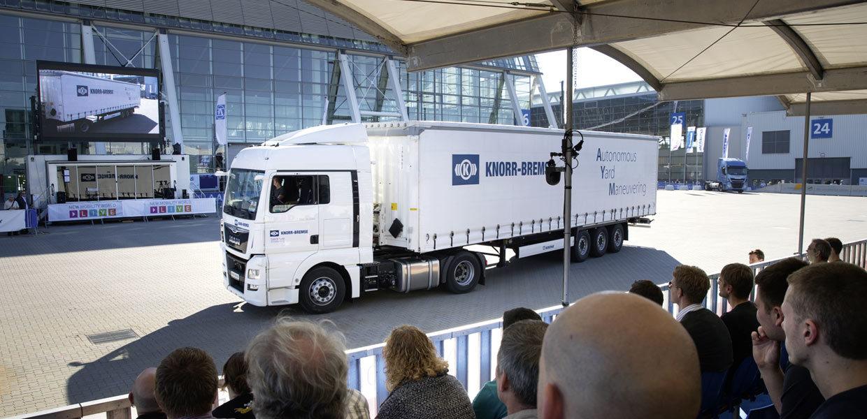 In der New Mobility World der IAA werden Zukunftsthemen präsentiert. 2018 wird der sächsische E-Lkw-Pionier FRAMO auf dieser Plattform Fahrtechnik für emissionsfreie Logistik demonstrieren.