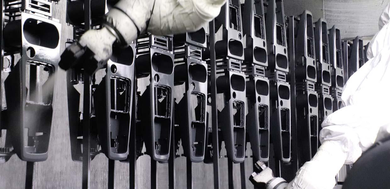 Bei JKL Kunststoff Lackierung werden Interieurteile auf einer vollautomatischen Roboterlackieranlage beschichtet.