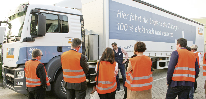 Im Projekt e-JIT hat AMZ gemeinsam mit Partnern zwei E-Lkw für die automobile Just-in-Time-Logistik auf die Straße gebracht.