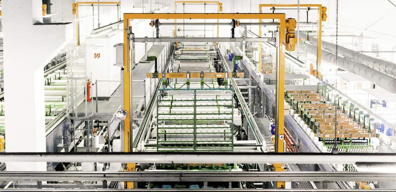 In vier vollautomatisierten Beschichtungsanlagen für Kunststoffe sowie einer Anlage für die Metallgalvanisierung werden bei SAXONIA Galvanik jährlich rund 90 Millionen Teile für Automotive, Elektronik, Sanitär und Haushaltsgeräte veredelt.