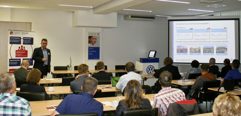 Dr. Holger Naduschewski, Geschäftsführer der Volkswagen Bildungsinstitut GmbH, zeigte auf, wie die Einrichtung die Herausforderung Digitalisierung für eine zukunftsorientierte Aus- und Weiterbildung nutzt.