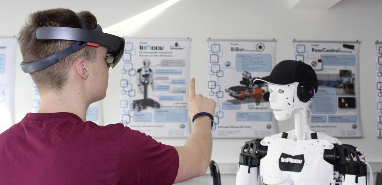 Vermittelt werden ebenso Kenntnisse für die Interaktion zwischen Mensch und Roboter.