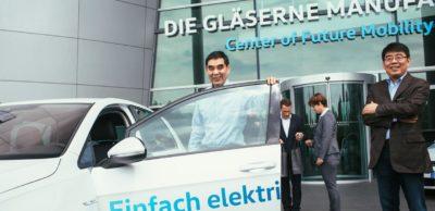 Zhang Jinan, Minister für Human Resources and Social Security der Volksrepublik China, testete den e-Golf, hier vor der Gläsernen Manufaktur von Volkswagen in Dresden.