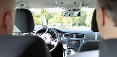 Die zunehmende Zahl an Fahrerassistenzfunk- tionen im Fahrzeug, auf dem Foto wird das vollautomatische Einparken erprobt, erfordert eine hohe funktionale Sicherheit der Systeme. Die Unicontrol Systemtechnik GmbH verfügt über umfangreiches Know-how auf diesem Feld.