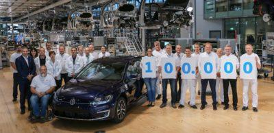 Meilenstein in Dresden: Mitarbeiter der ersten Stunden freuen sich über das 100.000. Fahrzeug, das in der Gläsernen Manufaktur gefertigt wurde.