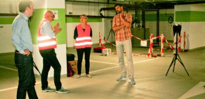 Florian Gierisch und Andrea Jung von der TU Dresden erörtern mit den AMZ-Mitarbeitern Andreas Wächtler (r.) und Thomas Keltsch (l.) die Versuche zur Flächenortung mittels mobiler Sensorik in der Tiefgarage.