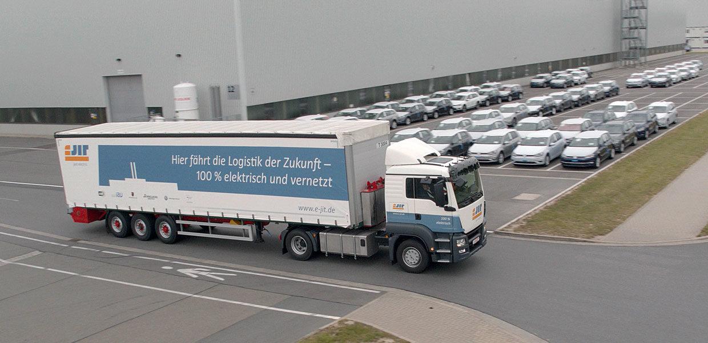 Der E-Lkw im Pendelverkehr zwischen dem VW-Werk Zwickau und dem Lager von Schnellecke. Im Projekt eJIT wurden neben technischen Aufgabenstellungen auch die Bedingungen für eine rentable E-Logistik getestet. Auf Basis der erhobenen Daten können Geschäftsmodelle für das komplette E-Logistiksystem eines Standortes berechnet werden.