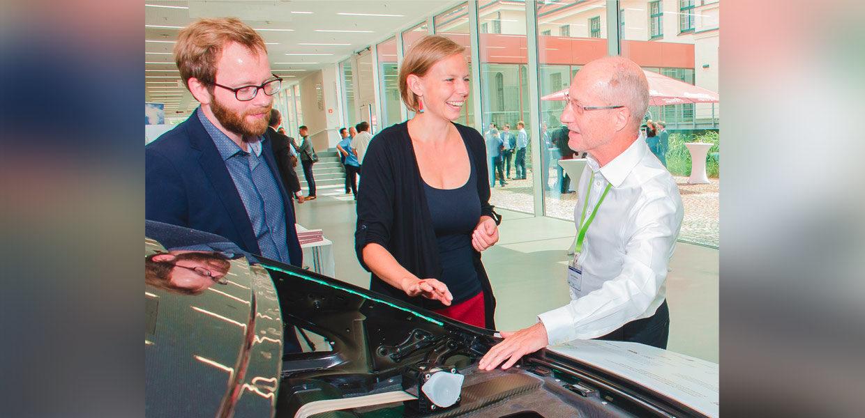 Ein Rückwandoberteil einer Fahrzeugkarosserie, das zu ca. 80 Prozent aus recycelten Materialien besteht - der einsatzfähige Technologiedemonstrator entstand im im FOREL-Technologieprojekt ReLei.