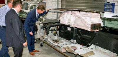 Ein Kopfairbag in voller Größe. Der Airbaghersteller Joyson Safety Systems Sachsen in Elterlein ist auf die Herstellung dieser Insassenschutzsysteme im Seitenbereich spezialisiert. Sachsens Ministerpräsident Michael Kretschmer informierte sich über die Situation des ehemaligen Takata-Standortes nach dessen Übernahme durch Joyson.