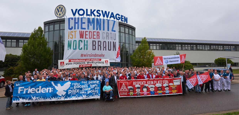 Ein klares Zeichen gegen Diskriminierung, Fremdenfeindlichkeit und Ausgrenzung sowie für Vielfalt und respektvolles, partnerschaftliches Miteinander setzten die Belegschaft des Chemnitzer VW-Motorenwerkes sowie Vorstandsmitglieder von Volkswagen und Arbeitnehmervertreter aus anderen deutschen VW-Werken bei einer Zusammenkunft am 7. September 2018 in Chemnitz.