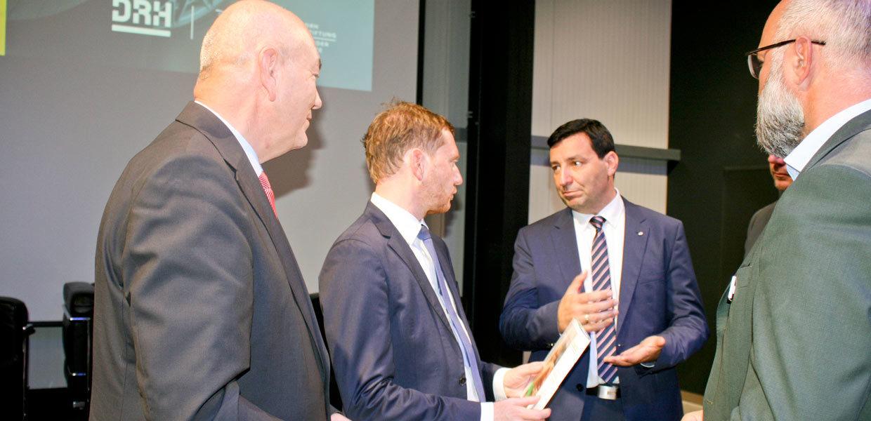 Das Management hatte zum AMZ-Jahrestreffen seiner Mitglieder den sächsischen Ministerpräsidenten Michael Kretschmer eingeladen, um mit ihm aktuelle Herausforderungen der Branche im Autoland Sachsen zu diskutieren.