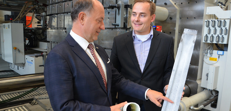 Prof. Lothar Kroll, Koordinator des Bundesexzellenzclusters MERGE (l.), und Norbert Schramm, Wissenschaftlicher Mitarbeiter, im Gespräch zu einem sogenannten Pkw-Dachspriegel. Das Karosseriebauteil ist aus faserverstärktem Thermoplast in Leichtbauweise gefertigt und wird u. a. auf der Fachmesse ITHEC 2018 präsentiert.