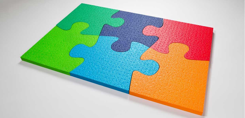 Statt wie bisher in Weiß kann SCHAUMAPLAST Formteile aus E-TPU-Hochleistungs-Kunststoff für zahlreiche Anwendungen farbig anbieten.