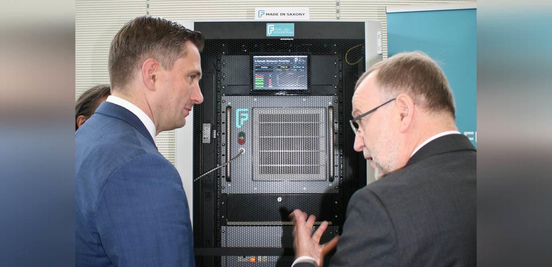 Präsentation beim Forum zur Brennstoffzellentechnologie:Die im November 2017 gegründete Fuel Cell Powertrain GmbH (FCP) Chemnitz präsentierte eine erste Entwicklung. Das Brennstoffzellensystem für stationäre Anwendungen dient zur Notstromversorgung und wird u. a. von Telekommunikations-Unternehmen und Behörden bereits nachgefragt.