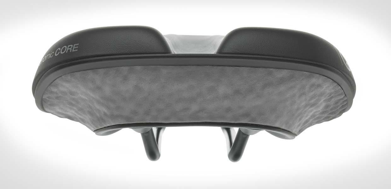 Grau ist weniger schmutzempfindlich als Weiß. Der bisher ausschließlich weiße Kern aus E-TPU des Ergon-Fahrradsattels kann dank SCHAUMAPLAST jetzt in allen RAL-Farben angeboten werden.
