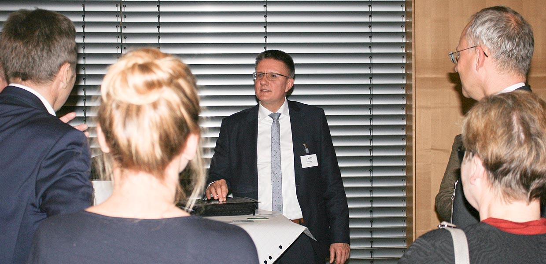 Die Idee für ein Anzeige- und Eingabeelement, gefertigt in einem Stück aus flexibler Elektronik, brachte Uwe Beier von der adSphere GmbH Dresden beim Pitch die beste Bewertung. In der Projektwerkstatt der SenSa-Veranstaltung wurden in kleinen Runden die fünf Projektansätze diskutiert, die von den Teilnehmern am meisten gewählt wurden.