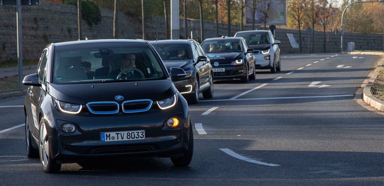 Autos und Ampeln vernetzt: Am Dresdner Flughafen wird das vernetzte Fahren über Ampelkreuzungen erprobt.