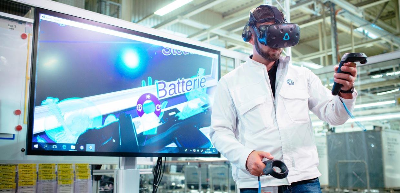 Die 7.700 Mitarbeiter bei VW Zwickau werden mit einer großen Weiterbildungsoffensive, zu der der Einsatz intuitiver Lernmittel wie VR-Brillen gehört, auf die neue Technologie vorbereitet.
